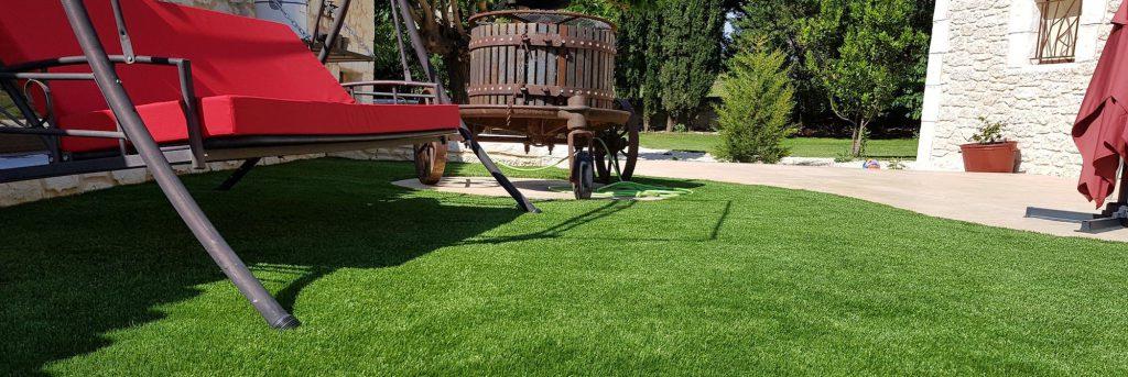 jardin avec pelouse artificielle