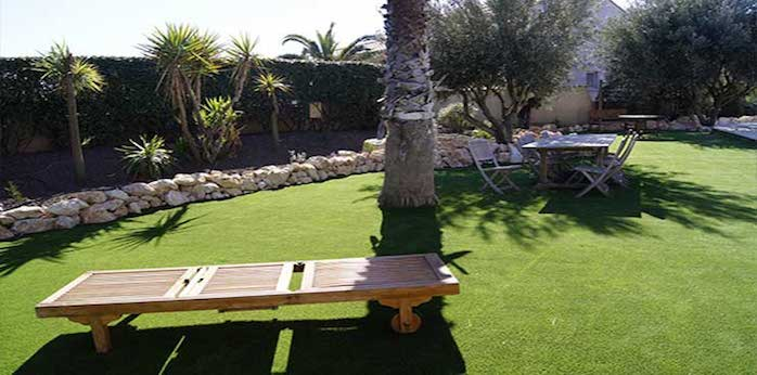 jardin avec pelouse synthétique