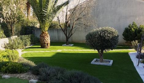 pelouse synthétique dans un jardin