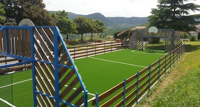 terrain de sport synthétique