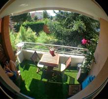 balcon avec pelouse synthétique vu de dessus