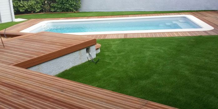 terrasse en bois et gazon synthétique