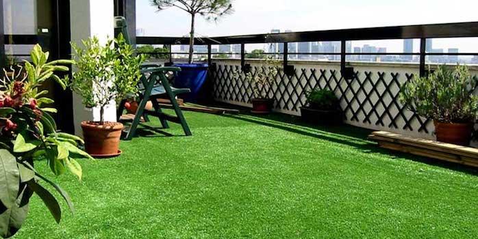 terrasse avec sol en pelouse synthétique